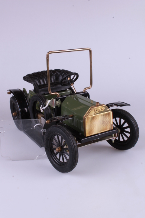 "*Ford Model T ""Racer"". Handbuild. Length 27,5 cm. Windshield is loose, Fittings are missing"